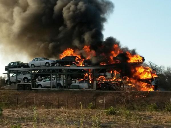 Photo of Caminhão cegonha pega fogo em Canto do Buriti